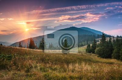 Постер Рассвет Восход солнца над вершинами мглистых горах с видом на лес, на переднем плане. Драматические пасмурное небо. Рассвет<br>Постер на холсте или бумаге. Любого нужного вам размера. В раме или без. Подвес в комплекте. Трехслойная надежная упаковка. Доставим в любую точку России. Вам осталось только повесить картину на стену!<br>
