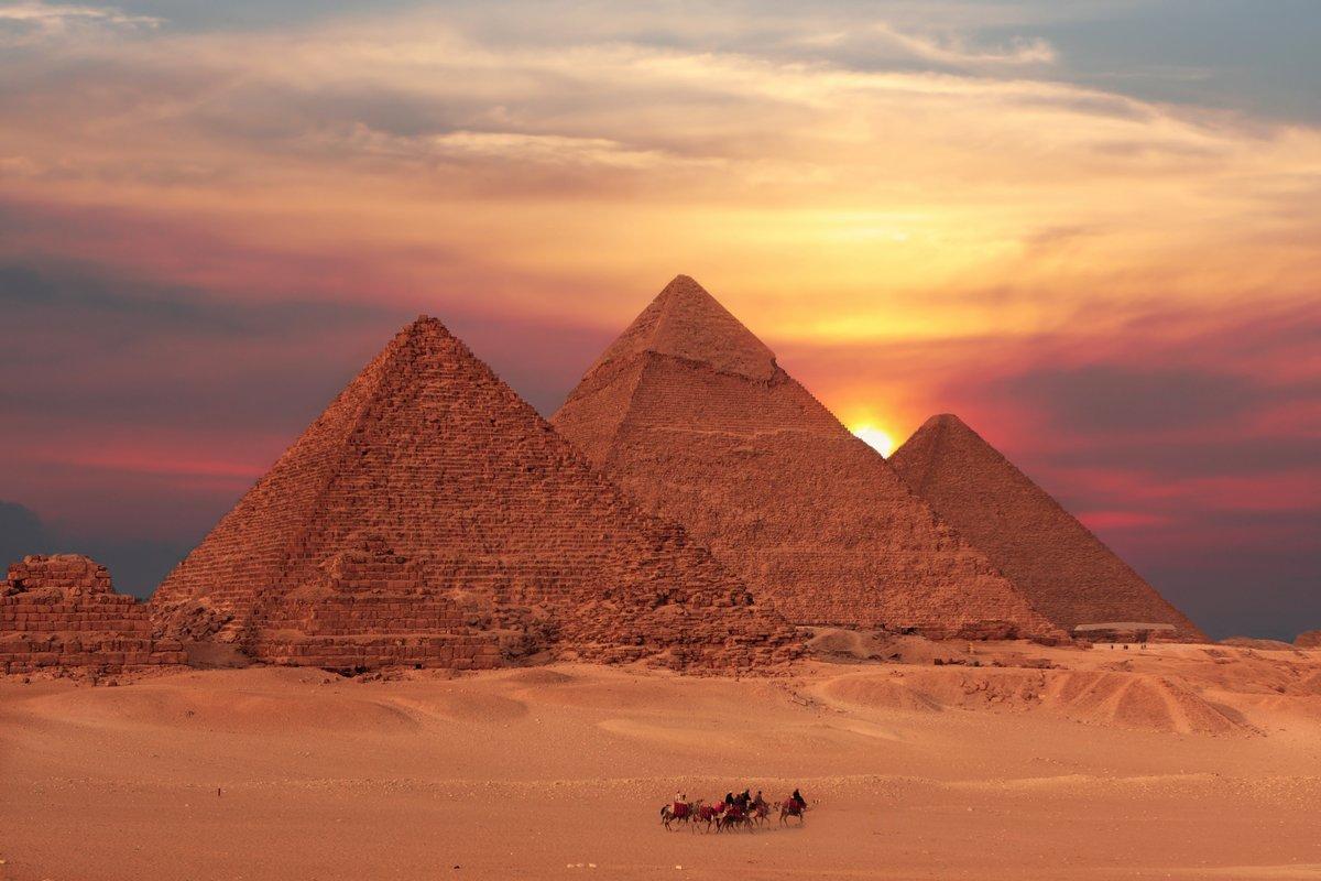 Постер Архитектура Постер 14098036, 30x20 см, на бумагеЕгипетские пирамиды<br>Постер на холсте или бумаге. Любого нужного вам размера. В раме или без. Подвес в комплекте. Трехслойная надежная упаковка. Доставим в любую точку России. Вам осталось только повесить картину на стену!<br>