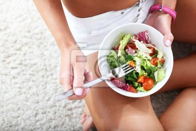 Молодая женщина, едят здоровую салат после тренировки, 30x20 см, на бумагеДиетология<br>Постер на холсте или бумаге. Любого нужного вам размера. В раме или без. Подвес в комплекте. Трехслойная надежная упаковка. Доставим в любую точку России. Вам осталось только повесить картину на стену!<br>