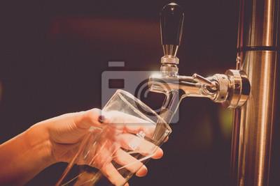 Постер Оформление офиса Наливая пиво в стакан, 30x20 см, на бумагеПивной ресторан<br>Постер на холсте или бумаге. Любого нужного вам размера. В раме или без. Подвес в комплекте. Трехслойная надежная упаковка. Доставим в любую точку России. Вам осталось только повесить картину на стену!<br>