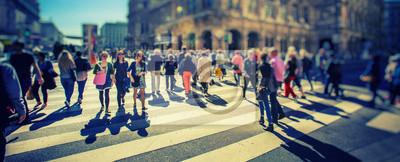 Толпа анонимных людей, идущих по оживленной городской улице, 49x20 см, на бумагеПанорамные виды городов (улицы, люди, машины)<br>Постер на холсте или бумаге. Любого нужного вам размера. В раме или без. Подвес в комплекте. Трехслойная надежная упаковка. Доставим в любую точку России. Вам осталось только повесить картину на стену!<br>