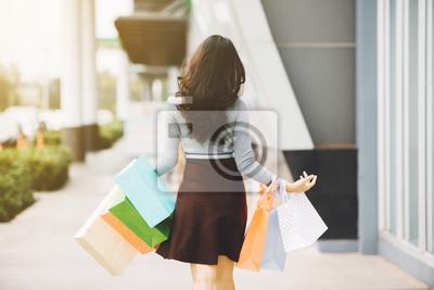 Женщина держит много сумок в модный бутик, 30x20 см, на бумагеШоппинг<br>Постер на холсте или бумаге. Любого нужного вам размера. В раме или без. Подвес в комплекте. Трехслойная надежная упаковка. Доставим в любую точку России. Вам осталось только повесить картину на стену!<br>