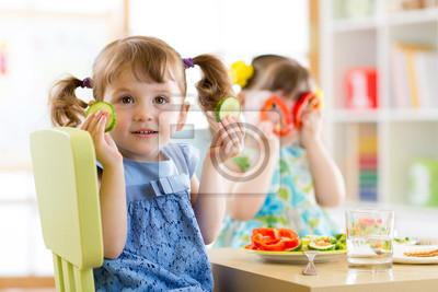 Постер Оформление офиса Дети едят здоровую пищу в детском саду или дома, 30x20 см, на бумагеДетский сад<br>Постер на холсте или бумаге. Любого нужного вам размера. В раме или без. Подвес в комплекте. Трехслойная надежная упаковка. Доставим в любую точку России. Вам осталось только повесить картину на стену!<br>