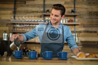 Официант делает чашку кофе у стойки, 30x20 см, на бумагеРесторан, кафе<br>Постер на холсте или бумаге. Любого нужного вам размера. В раме или без. Подвес в комплекте. Трехслойная надежная упаковка. Доставим в любую точку России. Вам осталось только повесить картину на стену!<br>