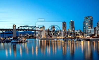 Отражения городских огней в зеркальной воде бухты на закате. Беррард мост, в центре города Ванкувер, Британская Колумбия, Канада., 33x20 см, на бумагеВанкувер<br>Постер на холсте или бумаге. Любого нужного вам размера. В раме или без. Подвес в комплекте. Трехслойная надежная упаковка. Доставим в любую точку России. Вам осталось только повесить картину на стену!<br>
