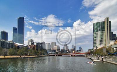 Постер Города и карты Широкий выстрел Melbourne city через Реки Ярра., 33x20 см, на бумагеМельбурн<br>Постер на холсте или бумаге. Любого нужного вам размера. В раме или без. Подвес в комплекте. Трехслойная надежная упаковка. Доставим в любую точку России. Вам осталось только повесить картину на стену!<br>