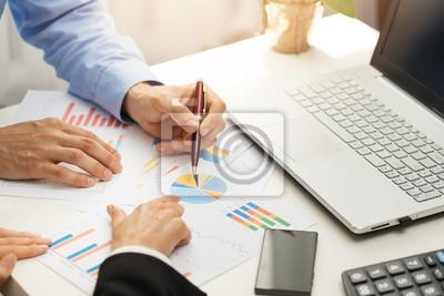 Люди в офисе анализируя бизнес финансовые отчеты в виде диаграмм, 30x20 см, на бумагеБанк, финансовое учреждение<br>Постер на холсте или бумаге. Любого нужного вам размера. В раме или без. Подвес в комплекте. Трехслойная надежная упаковка. Доставим в любую точку России. Вам осталось только повесить картину на стену!<br>