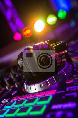 Постер Оформление офиса DJ-микшер с наушниками в ночном клубе, 20x30 см, на бумагеНочной клуб<br>Постер на холсте или бумаге. Любого нужного вам размера. В раме или без. Подвес в комплекте. Трехслойная надежная упаковка. Доставим в любую точку России. Вам осталось только повесить картину на стену!<br>