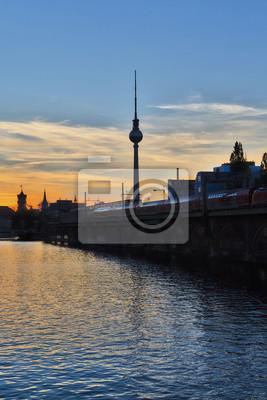 Постер Города и карты Закат над рекой Шпрее в Берлине, 20x30 см, на бумагеБерлин<br>Постер на холсте или бумаге. Любого нужного вам размера. В раме или без. Подвес в комплекте. Трехслойная надежная упаковка. Доставим в любую точку России. Вам осталось только повесить картину на стену!<br>