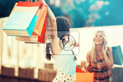 Постер Оформление офиса Красивая молодая женщина с удовольствием в магазины, 30x20 см, на бумагеШоппинг<br>Постер на холсте или бумаге. Любого нужного вам размера. В раме или без. Подвес в комплекте. Трехслойная надежная упаковка. Доставим в любую точку России. Вам осталось только повесить картину на стену!<br>