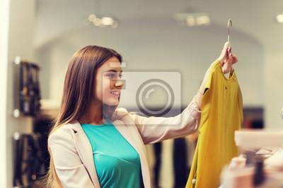Постер Оформление офиса Счастливый молодая женщина, выбирая одежду в торговом центре, 30x20 см, на бумагеПримерочная<br>Постер на холсте или бумаге. Любого нужного вам размера. В раме или без. Подвес в комплекте. Трехслойная надежная упаковка. Доставим в любую точку России. Вам осталось только повесить картину на стену!<br>