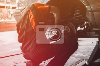 Постер Оформление офиса Профессиональный автослесарь смене колес в автосервисе на ремонт. работник ремонт тормозных колодок в гараже, 30x20 см, на бумагеАвтосервис<br>Постер на холсте или бумаге. Любого нужного вам размера. В раме или без. Подвес в комплекте. Трехслойная надежная упаковка. Доставим в любую точку России. Вам осталось только повесить картину на стену!<br>