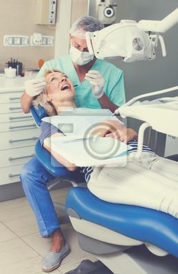 Мужчина стоматолог лечении пациентки, 20x31 см, на бумагеСтоматология<br>Постер на холсте или бумаге. Любого нужного вам размера. В раме или без. Подвес в комплекте. Трехслойная надежная упаковка. Доставим в любую точку России. Вам осталось только повесить картину на стену!<br>