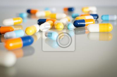 Тема аптека. Оранжевый, желтый, синий, белый, изолированные капсулы на белой поверхности. Крупным планом, 30x20 см, на бумагеАптека<br>Постер на холсте или бумаге. Любого нужного вам размера. В раме или без. Подвес в комплекте. Трехслойная надежная упаковка. Доставим в любую точку России. Вам осталось только повесить картину на стену!<br>