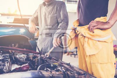 Постер Оформление офиса Два специалиста сосредоточено ремонта машина для автомобиля в гараже, 30x20 см, на бумагеАвтосервис<br>Постер на холсте или бумаге. Любого нужного вам размера. В раме или без. Подвес в комплекте. Трехслойная надежная упаковка. Доставим в любую точку России. Вам осталось только повесить картину на стену!<br>