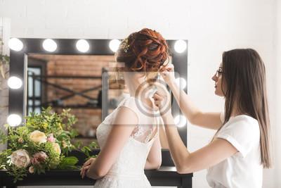 Молодая красивая невеста и стилист в студии, до свадебной церемонии, 30x20 см, на бумагеСалон красоты<br>Постер на холсте или бумаге. Любого нужного вам размера. В раме или без. Подвес в комплекте. Трехслойная надежная упаковка. Доставим в любую точку России. Вам осталось только повесить картину на стену!<br>
