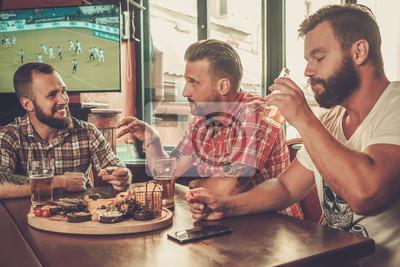 Постер Оформление офиса Друзья пили пиво и смотрели футбол в пабе, 30x20 см, на бумагеПивной ресторан<br>Постер на холсте или бумаге. Любого нужного вам размера. В раме или без. Подвес в комплекте. Трехслойная надежная упаковка. Доставим в любую точку России. Вам осталось только повесить картину на стену!<br>