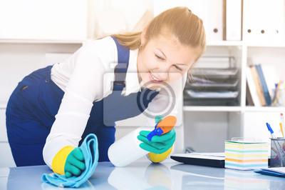 Женщина в униформе-это уборка пыли со стола, 30x20 см, на бумагеКлининг<br>Постер на холсте или бумаге. Любого нужного вам размера. В раме или без. Подвес в комплекте. Трехслойная надежная упаковка. Доставим в любую точку России. Вам осталось только повесить картину на стену!<br>