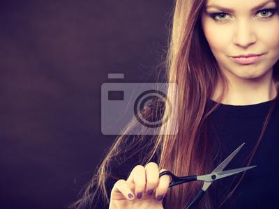 Постер Оформление офиса Профессиональный элегантный женский парикмахер ножницами., 27x20 см, на бумагеСалон красоты<br>Постер на холсте или бумаге. Любого нужного вам размера. В раме или без. Подвес в комплекте. Трехслойная надежная упаковка. Доставим в любую точку России. Вам осталось только повесить картину на стену!<br>