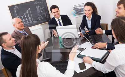 Профессиональная бизнес-команда на встрече., 33x20 см, на бумагеБанк, финансовое учреждение<br>Постер на холсте или бумаге. Любого нужного вам размера. В раме или без. Подвес в комплекте. Трехслойная надежная упаковка. Доставим в любую точку России. Вам осталось только повесить картину на стену!<br>