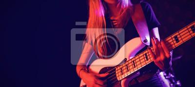 Постер Оформление офиса Красивые женские гитарист выступать в ночной клуб, 45x20 см, на бумагеНочной клуб<br>Постер на холсте или бумаге. Любого нужного вам размера. В раме или без. Подвес в комплекте. Трехслойная надежная упаковка. Доставим в любую точку России. Вам осталось только повесить картину на стену!<br>