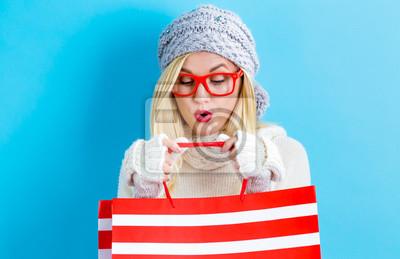 Счастливый молодая женщина, держащая сумки на синем фоне, 31x20 см, на бумагеШоппинг<br>Постер на холсте или бумаге. Любого нужного вам размера. В раме или без. Подвес в комплекте. Трехслойная надежная упаковка. Доставим в любую точку России. Вам осталось только повесить картину на стену!<br>