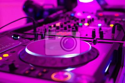 Крупным планом фото DJ контроллер Pro в фиолетовый свет, 30x20 см, на бумагеНочной клуб<br>Постер на холсте или бумаге. Любого нужного вам размера. В раме или без. Подвес в комплекте. Трехслойная надежная упаковка. Доставим в любую точку России. Вам осталось только повесить картину на стену!<br>