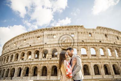 Счастливая пара обниматься перед Колизей в Риме, Италия, 30x20 см, на бумагеТурфирма<br>Постер на холсте или бумаге. Любого нужного вам размера. В раме или без. Подвес в комплекте. Трехслойная надежная упаковка. Доставим в любую точку России. Вам осталось только повесить картину на стену!<br>