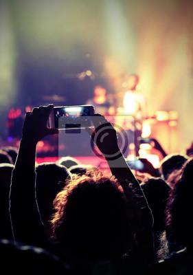 Постер Оформление офиса Девушка фотографирует во время живого концерта, 20x28 см, на бумагеНочной клуб<br>Постер на холсте или бумаге. Любого нужного вам размера. В раме или без. Подвес в комплекте. Трехслойная надежная упаковка. Доставим в любую точку России. Вам осталось только повесить картину на стену!<br>