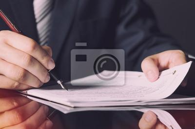 Постер Оформление офиса Нотариальное подписание контракта с пером в темной комнате концепцию, 30x20 см, на бумагеЮридические услуги<br>Постер на холсте или бумаге. Любого нужного вам размера. В раме или без. Подвес в комплекте. Трехслойная надежная упаковка. Доставим в любую точку России. Вам осталось только повесить картину на стену!<br>