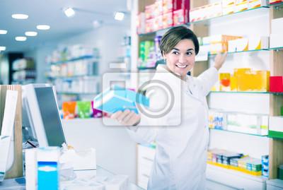 Молодая женщина показывает правильный препарат, 30x20 см, на бумагеМедицина<br>Постер на холсте или бумаге. Любого нужного вам размера. В раме или без. Подвес в комплекте. Трехслойная надежная упаковка. Доставим в любую точку России. Вам осталось только повесить картину на стену!<br>