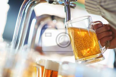 Постер Оформление офиса Бармен наливает светлое пенистое пиво в большую кружку во время вечеринки Октоберфест., 30x20 см, на бумагеПивной ресторан<br>Постер на холсте или бумаге. Любого нужного вам размера. В раме или без. Подвес в комплекте. Трехслойная надежная упаковка. Доставим в любую точку России. Вам осталось только повесить картину на стену!<br>
