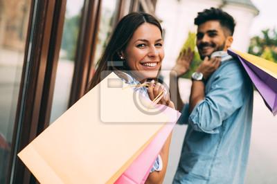 Постер Оформление офиса Счастливый привлекательная любящая пара наслаждайтесь покупками вместе, 30x20 см, на бумагеШоппинг<br>Постер на холсте или бумаге. Любого нужного вам размера. В раме или без. Подвес в комплекте. Трехслойная надежная упаковка. Доставим в любую точку России. Вам осталось только повесить картину на стену!<br>