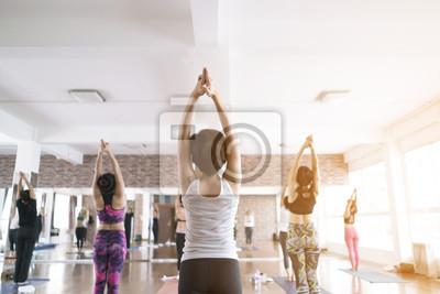 Женщины, занимающиеся в фитнес-классы, студия йоги, 30x20 см, на бумагеФитнес клуб, спорт зал<br>Постер на холсте или бумаге. Любого нужного вам размера. В раме или без. Подвес в комплекте. Трехслойная надежная упаковка. Доставим в любую точку России. Вам осталось только повесить картину на стену!<br>