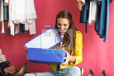 Постер Оформление офиса Молодая женщина, выбирая обувь, 30x20 см, на бумагеШоппинг<br>Постер на холсте или бумаге. Любого нужного вам размера. В раме или без. Подвес в комплекте. Трехслойная надежная упаковка. Доставим в любую точку России. Вам осталось только повесить картину на стену!<br>