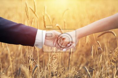 Свадебная пара, держась руками за уши кукурузы, 30x20 см, на бумагеСвадебный салон<br>Постер на холсте или бумаге. Любого нужного вам размера. В раме или без. Подвес в комплекте. Трехслойная надежная упаковка. Доставим в любую точку России. Вам осталось только повесить картину на стену!<br>