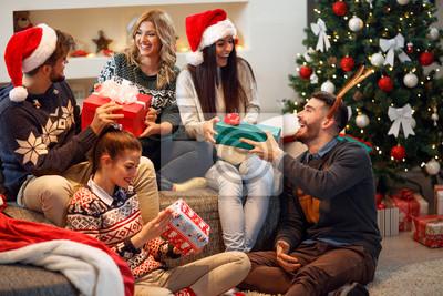 Друзья смеялись и распределения Рождественских подарков., 30x20 см, на бумаге12.31 Новый Год<br>Постер на холсте или бумаге. Любого нужного вам размера. В раме или без. Подвес в комплекте. Трехслойная надежная упаковка. Доставим в любую точку России. Вам осталось только повесить картину на стену!<br>