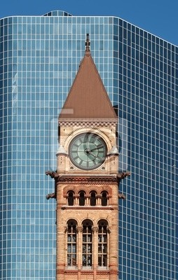 Постер Торонто Старая ратуша Торонто перед современной skyscrapeТоронто<br>Постер на холсте или бумаге. Любого нужного вам размера. В раме или без. Подвес в комплекте. Трехслойная надежная упаковка. Доставим в любую точку России. Вам осталось только повесить картину на стену!<br>