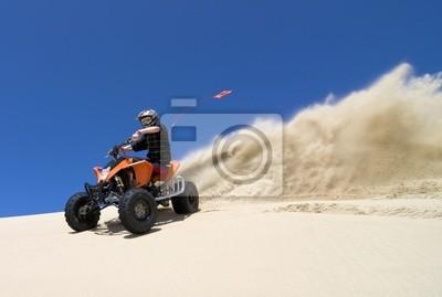 Постер Квадроциклы Подросток верхом ATV в песчаных дюнах, делая поворот в песокКвадроциклы<br>Постер на холсте или бумаге. Любого нужного вам размера. В раме или без. Подвес в комплекте. Трехслойная надежная упаковка. Доставим в любую точку России. Вам осталось только повесить картину на стену!<br>