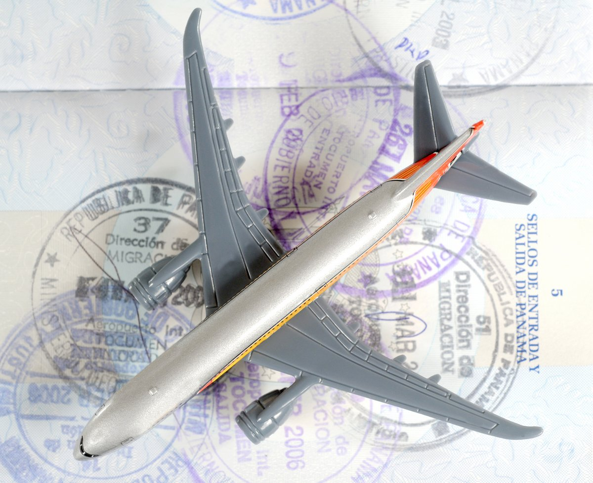 Постер Авиация Игрушечный самолет на паспорт с изображением путешествияАвиация<br>Постер на холсте или бумаге. Любого нужного вам размера. В раме или без. Подвес в комплекте. Трехслойная надежная упаковка. Доставим в любую точку России. Вам осталось только повесить картину на стену!<br>