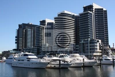 Постер Мельбурн Лодки пришвартованы на Docklands, Мельбурн, АвстралияМельбурн<br>Постер на холсте или бумаге. Любого нужного вам размера. В раме или без. Подвес в комплекте. Трехслойная надежная упаковка. Доставим в любую точку России. Вам осталось только повесить картину на стену!<br>