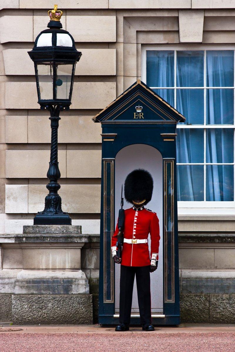 Постер Лондон Букингемский дворецЛондон<br>Постер на холсте или бумаге. Любого нужного вам размера. В раме или без. Подвес в комплекте. Трехслойная надежная упаковка. Доставим в любую точку России. Вам осталось только повесить картину на стену!<br>