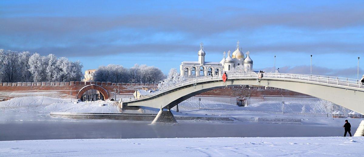 Постер Великий Новгород Узкий мост через реку льдаВеликий Новгород<br>Постер на холсте или бумаге. Любого нужного вам размера. В раме или без. Подвес в комплекте. Трехслойная надежная упаковка. Доставим в любую точку России. Вам осталось только повесить картину на стену!<br>