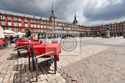 Постер Мадрид Столики кафе с красными tableclothes в Plaza Mayor. Мадрид.Мадрид<br>Постер на холсте или бумаге. Любого нужного вам размера. В раме или без. Подвес в комплекте. Трехслойная надежная упаковка. Доставим в любую точку России. Вам осталось только повесить картину на стену!<br>