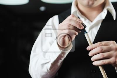 Постер Спорт Молодой человек играть за игра Бильярд, 30x20 см, на бумагеБильярд<br>Постер на холсте или бумаге. Любого нужного вам размера. В раме или без. Подвес в комплекте. Трехслойная надежная упаковка. Доставим в любую точку России. Вам осталось только повесить картину на стену!<br>