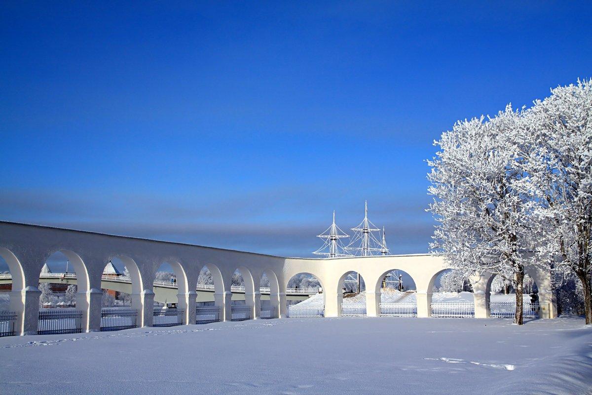 Постер Великий Новгород Белить стены среди снежного поляВеликий Новгород<br>Постер на холсте или бумаге. Любого нужного вам размера. В раме или без. Подвес в комплекте. Трехслойная надежная упаковка. Доставим в любую точку России. Вам осталось только повесить картину на стену!<br>