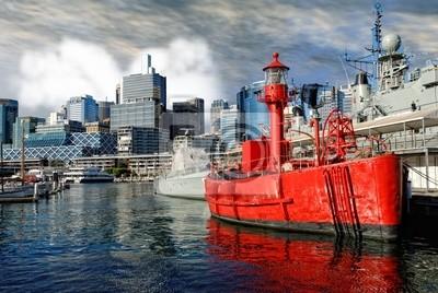 Постер Сидней Красный Корабль в Гавани Сиднея, АвстралияСидней<br>Постер на холсте или бумаге. Любого нужного вам размера. В раме или без. Подвес в комплекте. Трехслойная надежная упаковка. Доставим в любую точку России. Вам осталось только повесить картину на стену!<br>
