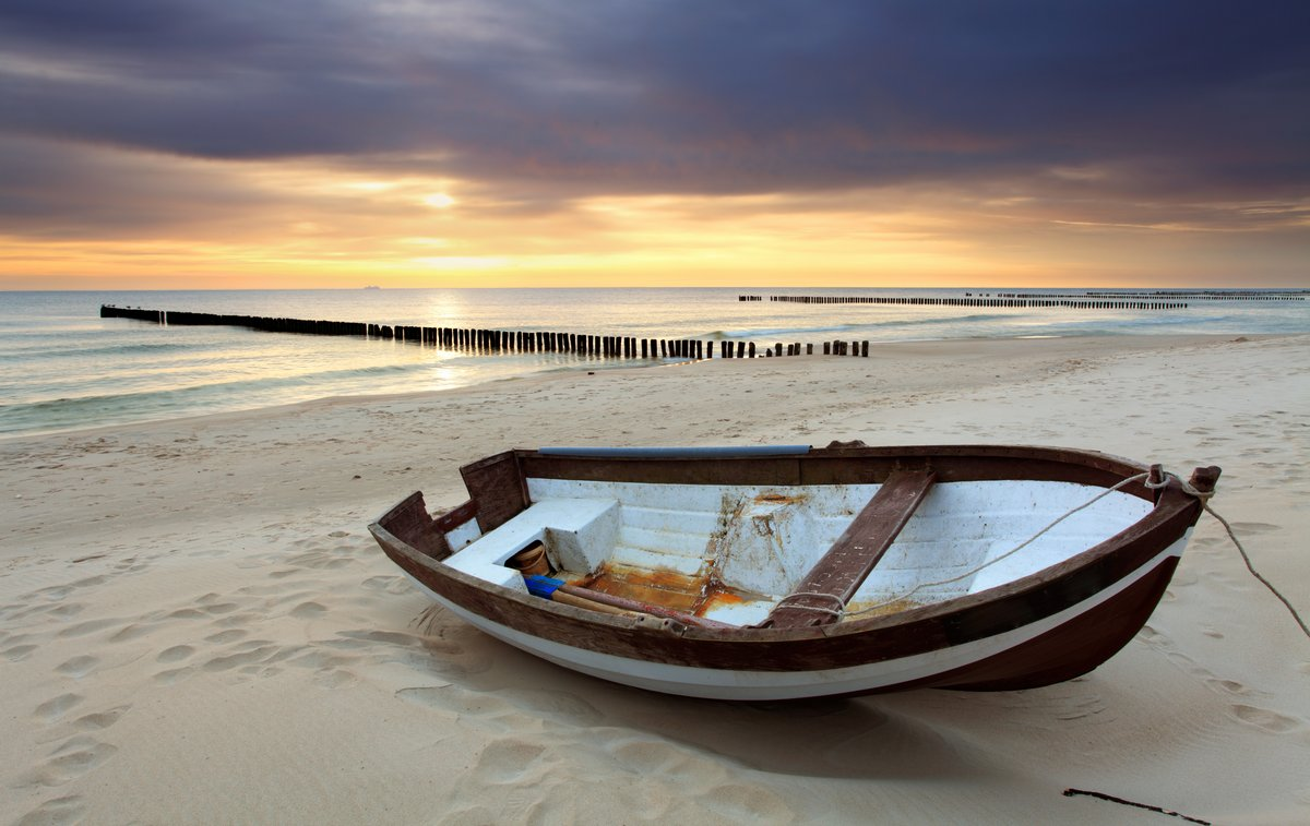 Постер Пейзаж морской Лодка, на красивом пляже в sunriseПейзаж морской<br>Постер на холсте или бумаге. Любого нужного вам размера. В раме или без. Подвес в комплекте. Трехслойная надежная упаковка. Доставим в любую точку России. Вам осталось только повесить картину на стену!<br>