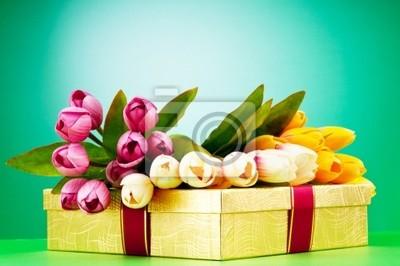 Постер Тюльпаны Праздник концепции - подарочную коробку и тюльпан цветыТюльпаны<br>Постер на холсте или бумаге. Любого нужного вам размера. В раме или без. Подвес в комплекте. Трехслойная надежная упаковка. Доставим в любую точку России. Вам осталось только повесить картину на стену!<br>