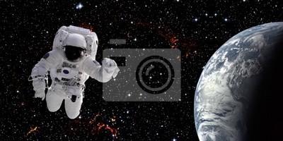 Постер 04.12 День космонавтики Астронавт в космосе04.12 День космонавтики<br>Постер на холсте или бумаге. Любого нужного вам размера. В раме или без. Подвес в комплекте. Трехслойная надежная упаковка. Доставим в любую точку России. Вам осталось только повесить картину на стену!<br>